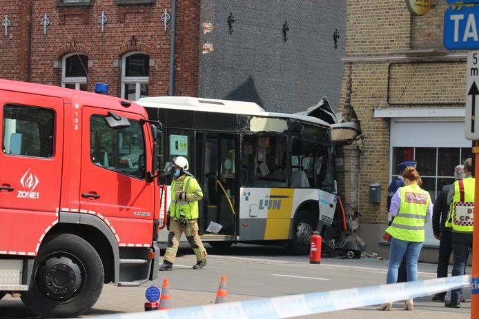 De bus belandde tegen de hoek van de gevel van bistro La Gare in Gistel.