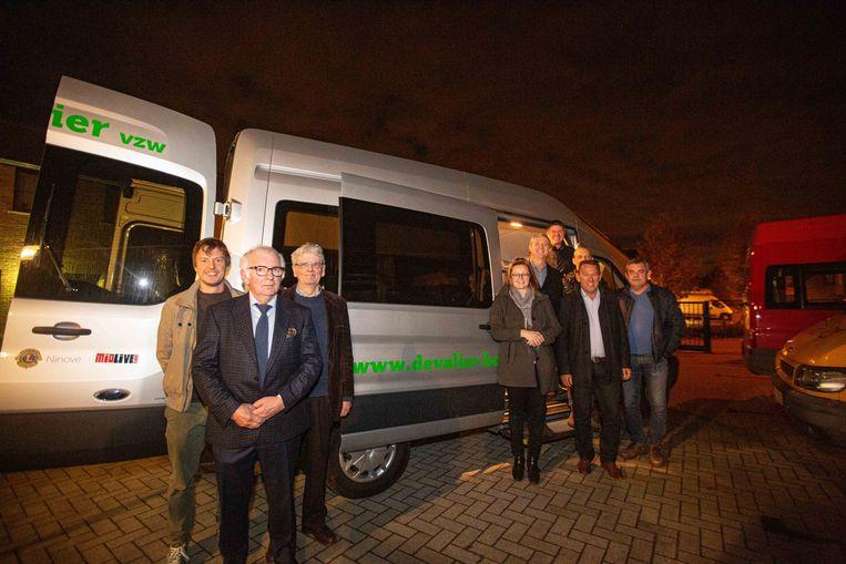 Leden van Midlive en Lions Club Ninove kregen de bus officieel voorgesteeld door Kathleen Straetmans van De Valier.