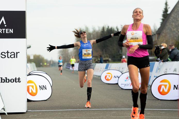 Jill Holterman loopt olympische limiet op Twente Airport.