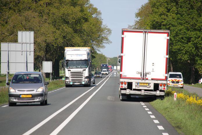 De N35 in Haarle is een drukbereden weg. Als, zoals hier op een archieffoto is te zien, een vrachtwagen met vastgelopen remmen de weg blokkeert, hebben veel weggebruikers daar last van.
