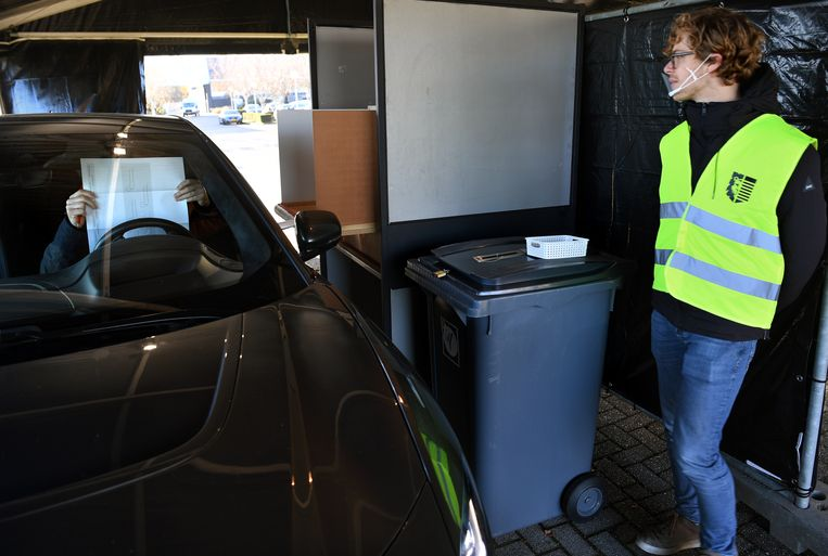 Coronaproof stemmen tijdens herindelingsverkiezingen in een drive-through stembureau.  Beeld Marcel van den Bergh / de Volkskrant