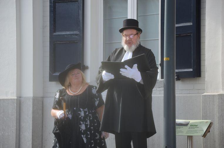 Emiel Walraevens, belleman van Lennik, met zijn escorte Therese De Smet.
