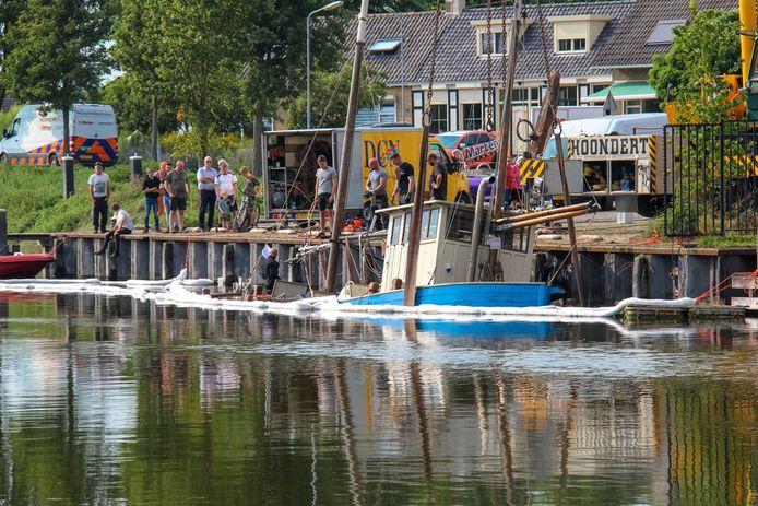 Met een kraan is het bootje weer gelicht.