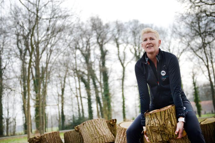 Marianne Moes houdt voor het eerst een obstakelrun bij haar in de achtertuin, met onder meer houtblokken gooien<br />