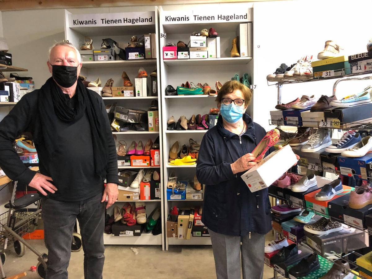 Gulle schenker Ward Ottenburgh van Kiwanis Tienen Hageland samen met Lieve Moens, vrijwilliger bij Bezorg Om Mensen.