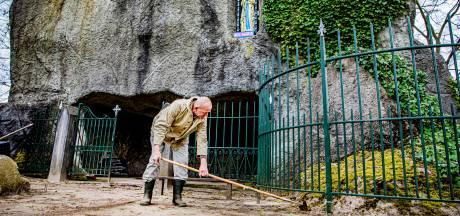 Speciaal voor Pasen maakt Theo (75) uit Luttenberg de Mariagrot schoon: 'Ik doe het met veel plezier'