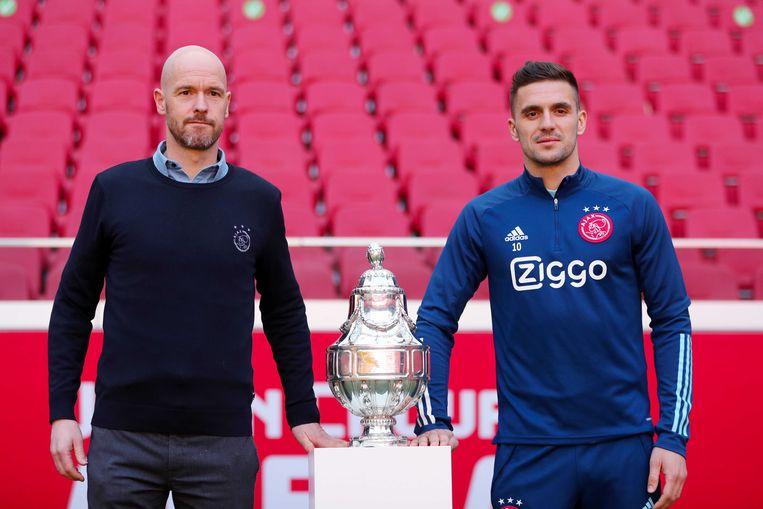 Ajax-trainer Erik ten Hag (links) en Ajax-speler Dusan Tadic vrijdag tijdens een persmoment met de zondag te winnen KNVB-beker. Beeld ANP / Pieter Stam de Jonge