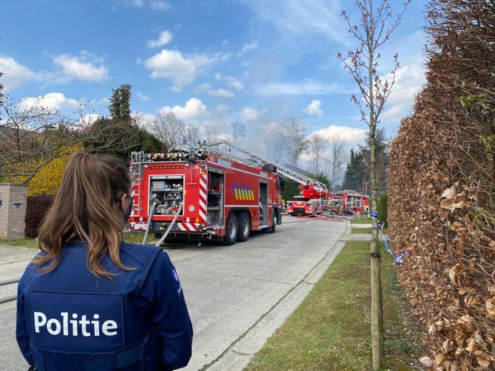 De Ter Doncklaan in Muizen vormt het trieste decor voor een zware woningbrand. De hulpdiensten zijn massaal ter plaatse.