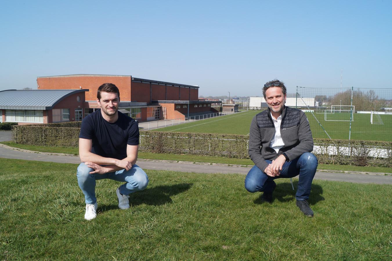 Sportfunctionaris Jitser De Deyne en sportschepen Denis Fraeyman (CD&V) op de heuvelrug waar de nieuwe sporthal komt. In de achtergrond zien we de oude sporthal