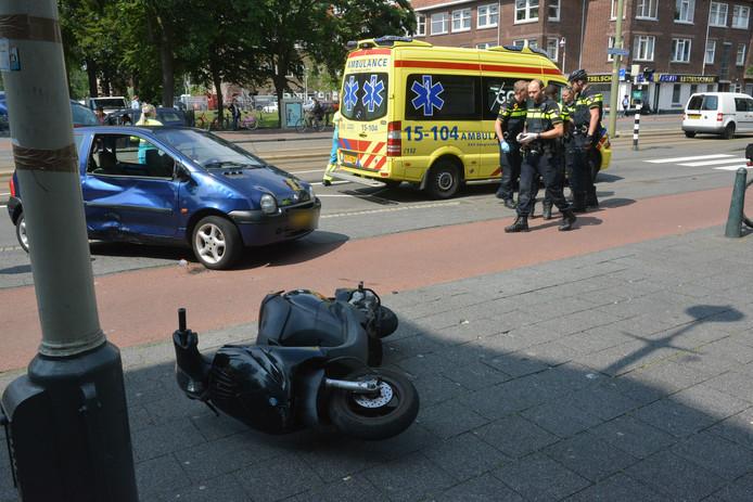 De scooterrijder is op een afslaande auto geklapt.