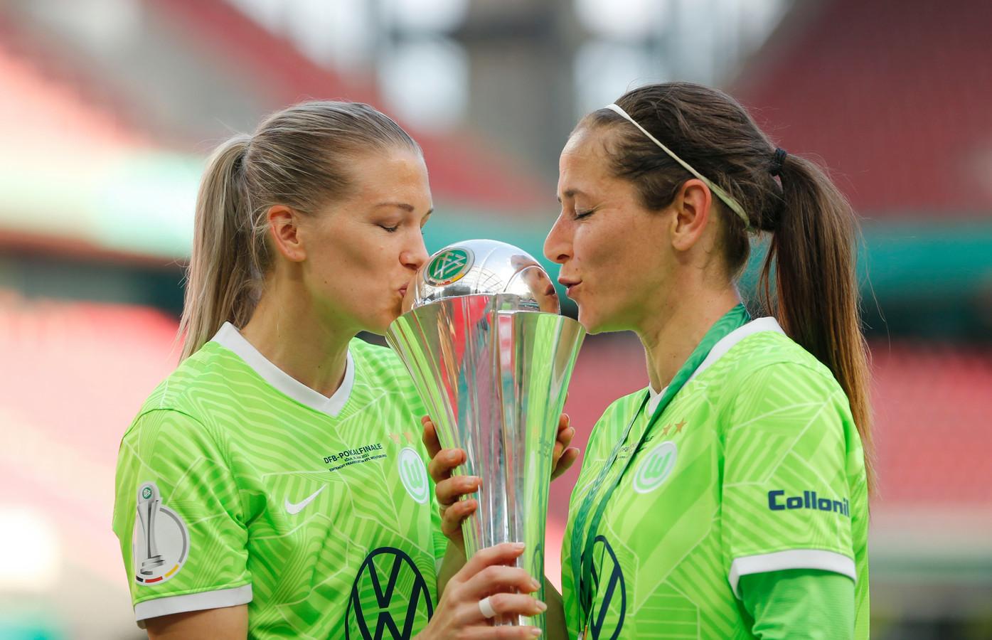 Lara Dickenmann en Anna Blaesse kussen de DFB-Pokal.