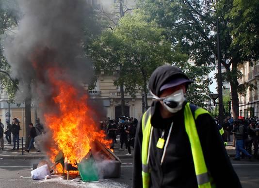 Betogers hebben vuilnis op straat in brand gezet.