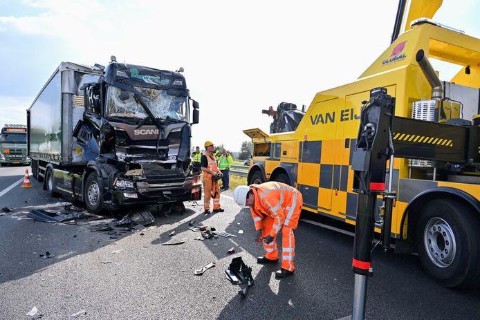 De berging van de zwaar beschadigde vrachtwagens is in volle gang op de A16.