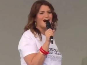 """""""Ce n'est pas parce qu'on est ministre qu'on doit être sinistre"""": Marlène Schiappa fait le show lors d'un meeting"""