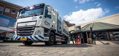 Vuilniswagens rijden met vuilnis in de laadbak en schone brandstof in de tank door de regio en door Europa