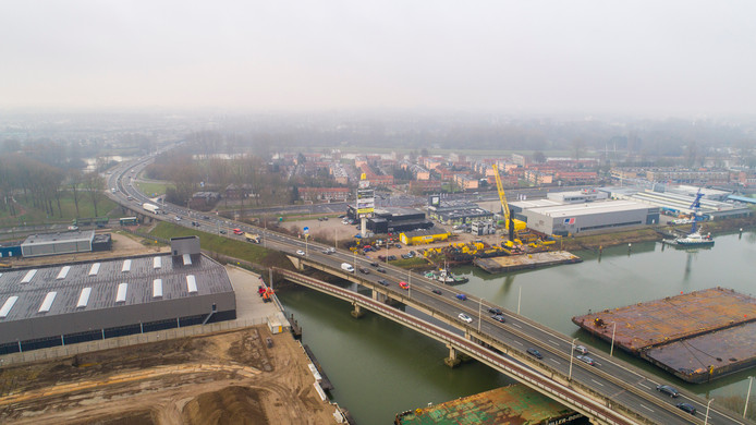 De N3 bij Dordrecht, die de A15 en A16 met elkaar verbindt, is eind jaren 80, begin jaren 90 aangelegd. Het wordt de eerste grote renovatie van de bijna tien kilometer lange weg.