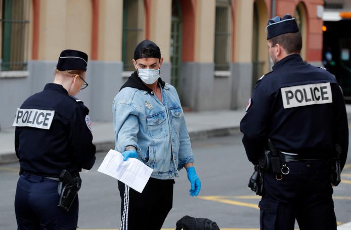 Franse politie-agenten controleren papieren in Nice.