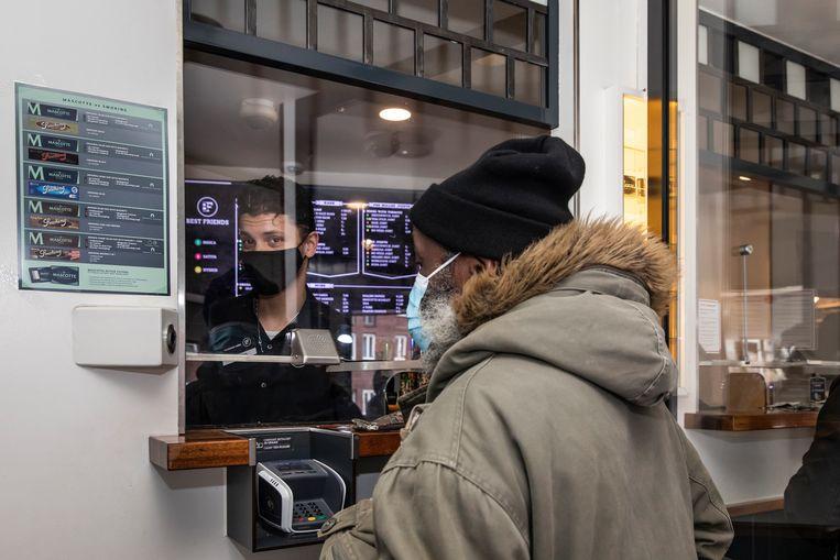 Een klant haalt een bestelling af bij Coffeeshop Best Friends. Beeld Dingena Mol