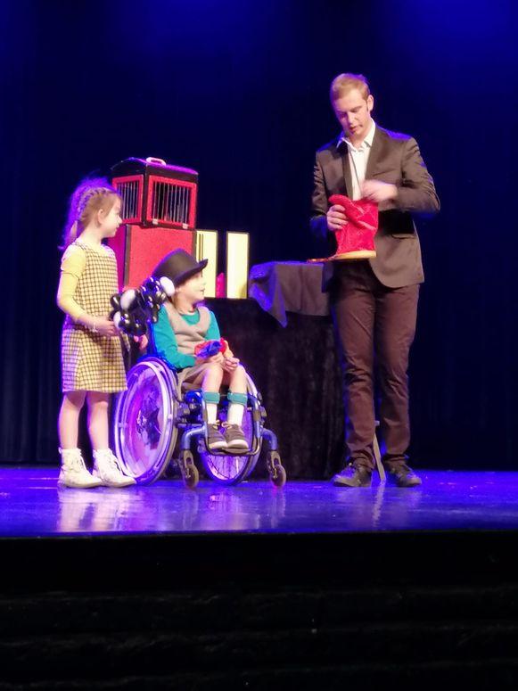 Annalina Vandenborn met tweelingzus Liselotte en goochelaar Magic Stef