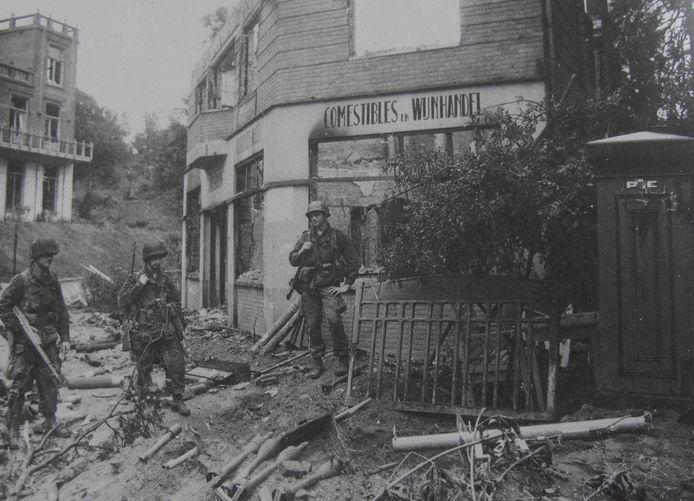 Drie Amerikaanse soldaten op de hoek van de Nieuwe Holleweg en Rijksstraatweg.