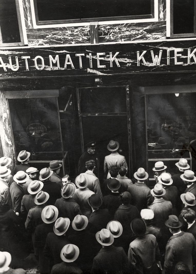 Bij de opening van automatiek Kwiek aan de Kalverstraat in Amsterdam staan mensen zich voor de zaak te verdringen. Nederland, 1932. Beeld Nationaal Archief/Collectie Spaarnestad/Het Leven/Fotograaf onbekend