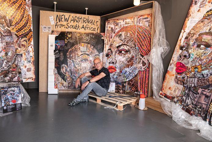 """Wim van Ginkel  in zijn galerietje in de vroegere garage van zijn woning aan de Muurhuizen: ,,Voorbijgangers blijven toch vaak staan om te kijken."""""""