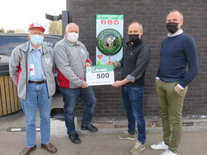 Leo Avonds en Dirk Bockx van het Rode Kruis Kasterlee samen met Guy en Luc Van De Poel van de Spar bij het nieuwe AED-toestel.