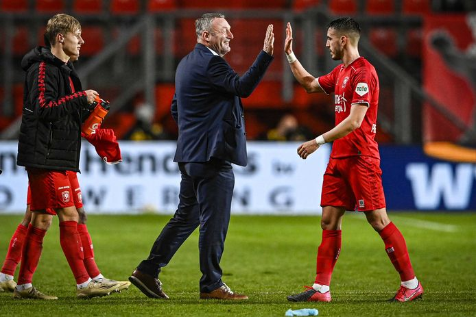 Ron Jans geeft Julio Pleguezuelo een high five.