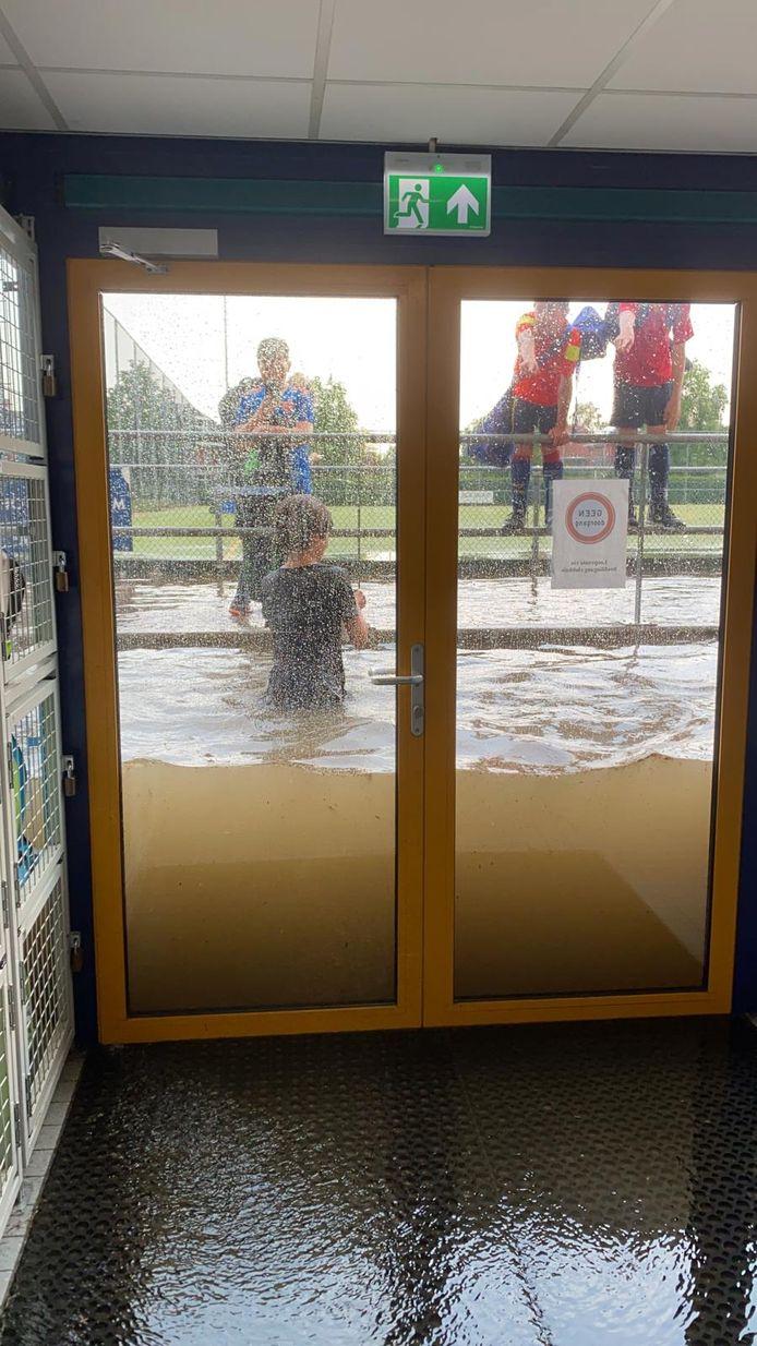 Heel veel water bij hockeyclub NMHC.
