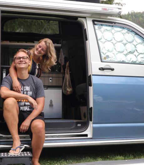 Zwolse Wilco en Charlotte reizen rond in een oud politiebusje: 'We missen eigenlijk alleen onze hond'