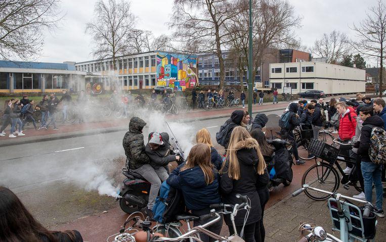 Leerlingen van het CLV protesteren tegen inzet van 'nepleerlingen' voor een tv-programma van RTL. Ze voelen zich bedrogen door schooldirectie, die toestemming voor dit programma had gegeven, de opnamen zijn inmiddels gestaakt. Beeld Herman Stöver