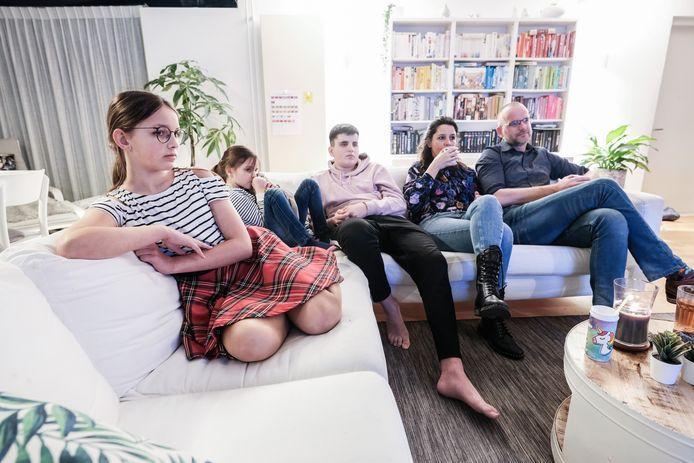 De familie Moraal kijkt naar persconferentie.