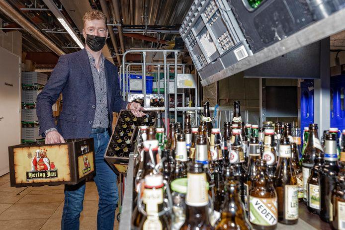 Jumbo-supermarkteigenaar Bas Bobeldijk met lege flessen en fust. Chauffeurs die in Nieuwkoop de fust komen halen, staan altijd weer verbaasd van de hoeveelheid.