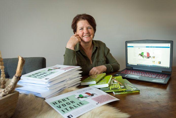 Italië-liefhebster en vrijwilligster Rianne Jansen zet zich in voor de actie 'Hart voor Italië'. Zo brengt ze onder meer een beeldwoordenboek, taalpuzzels en vouchers van Nederlandse ondernemers in Noord-Italië aan de man om hen daarmee financieel te ondersteunen.