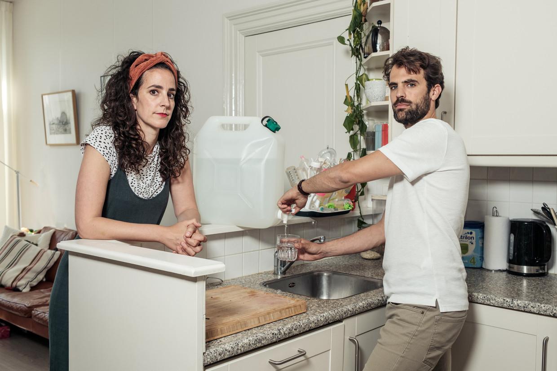 Zonder drinkwater uit de kraan is het leven van Iris Cohen en Frank Kromer knap ingewikkeld. Drinkwater halen ze nu bij een tappunt in de wijk. Beeld Jakob Van Vliet