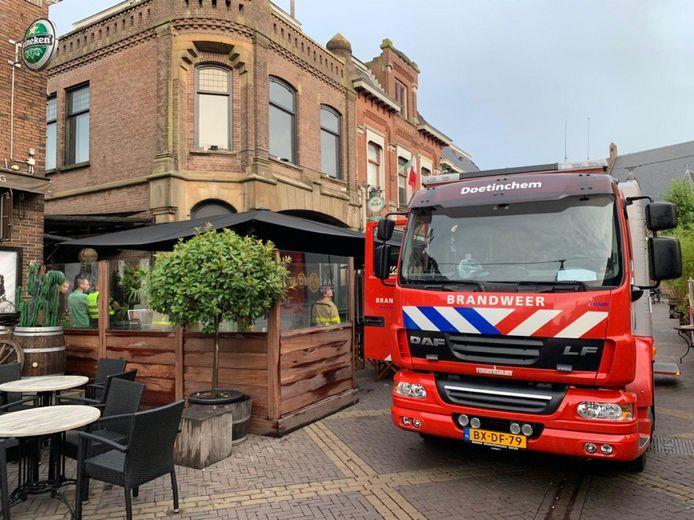 De brandweer van Doetinchem in actie met een bluswagen in de Grutstraat, in de binnenstad.