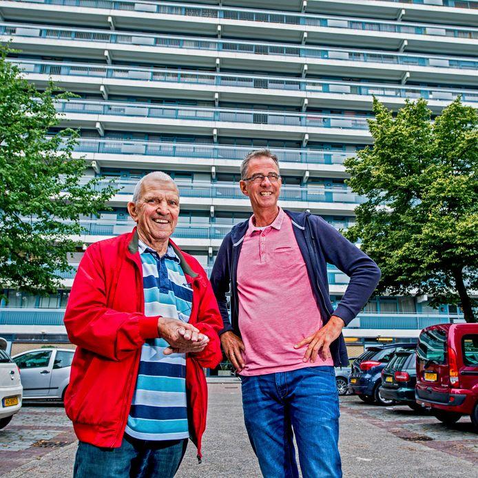 Pastor Bart Starreveld (rechts) met Ommoorder Chris. ,,Eenzaamheid van ouderen is een groot probleem.''