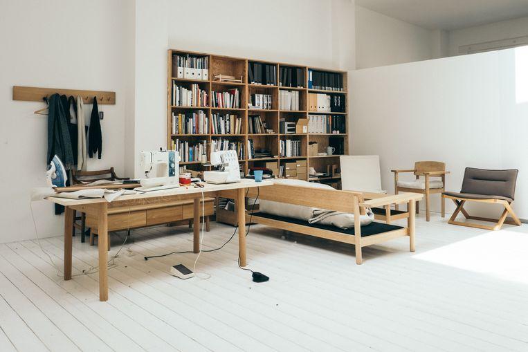 Het atelier van Marina is een levendige werkplek waar ze zelf haar prototypes maakt. Beeld null