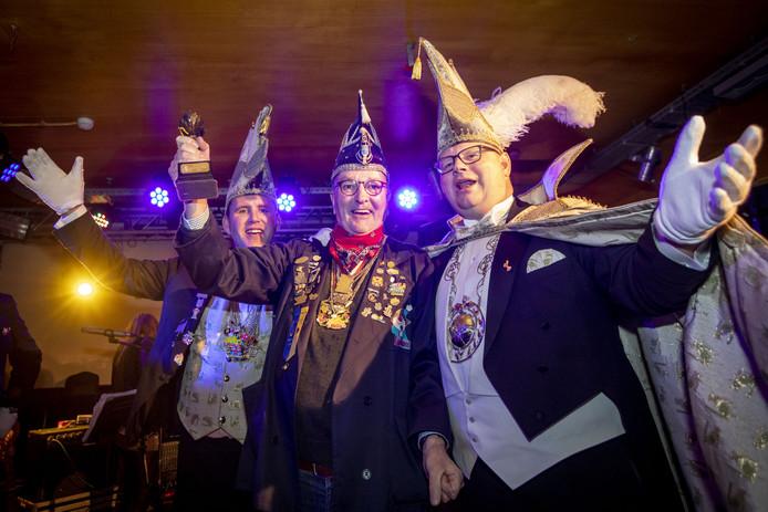 Laurens Spit omringd door prins Nelis (r) en zijn sik Ronald (l).