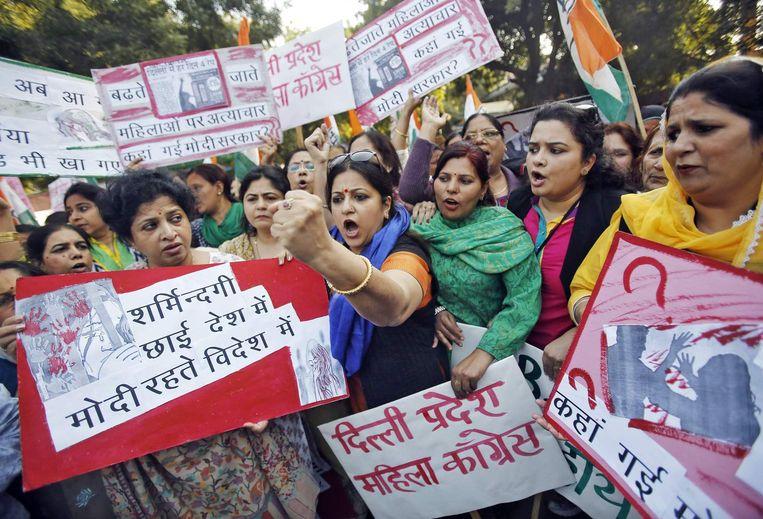 Leden van het All India Mahila Congress roepen slogans en dragen protestborden tijdens een protestmars tegen de verkrachting van een jonge vrouw door een taxichauffeur van Uber. Beeld REUTERS