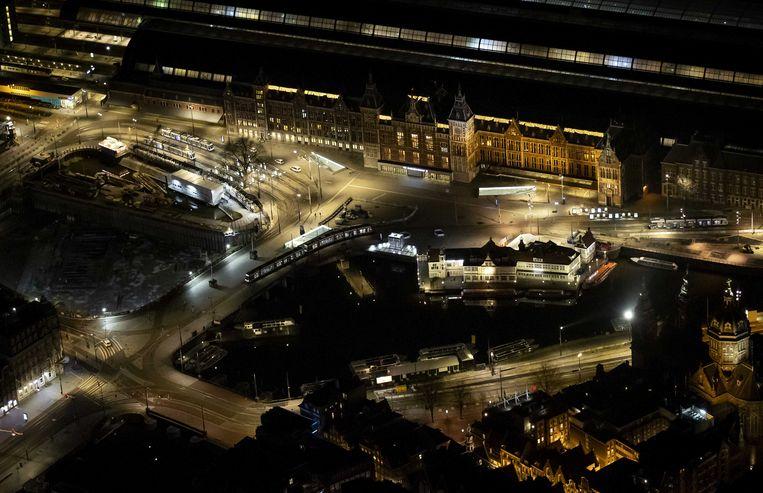 Het Centraal Station in Amsterdam vanuit de lucht na het ingaan van de avondklok.  Beeld ANP