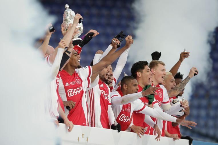 Ajax-spelers na het winnen van de TOTO KNVB-bekerfinale voetbalwedstrijd tussen Ajax en Vitesse in De Kuip. Beeld AP