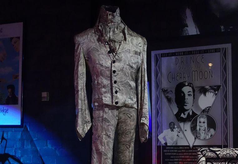 Een van Prince' zesduizend outfits. Beeld