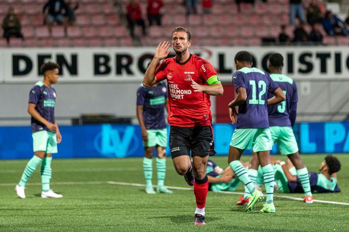 Robin van der Meer viert zijn doelpunt.