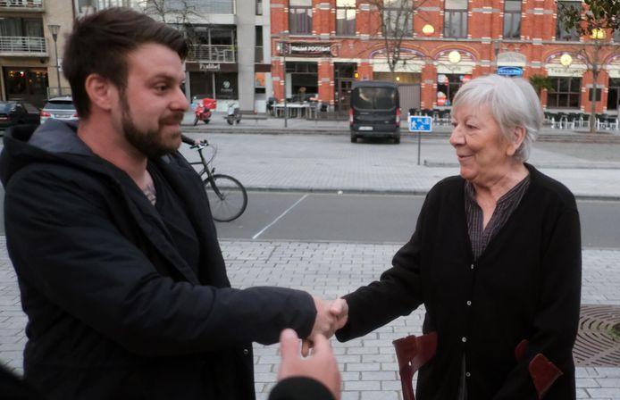 De vrouw van Nesten kwam het kunstwerk bekijken en schudde de kunstenaar de hand.