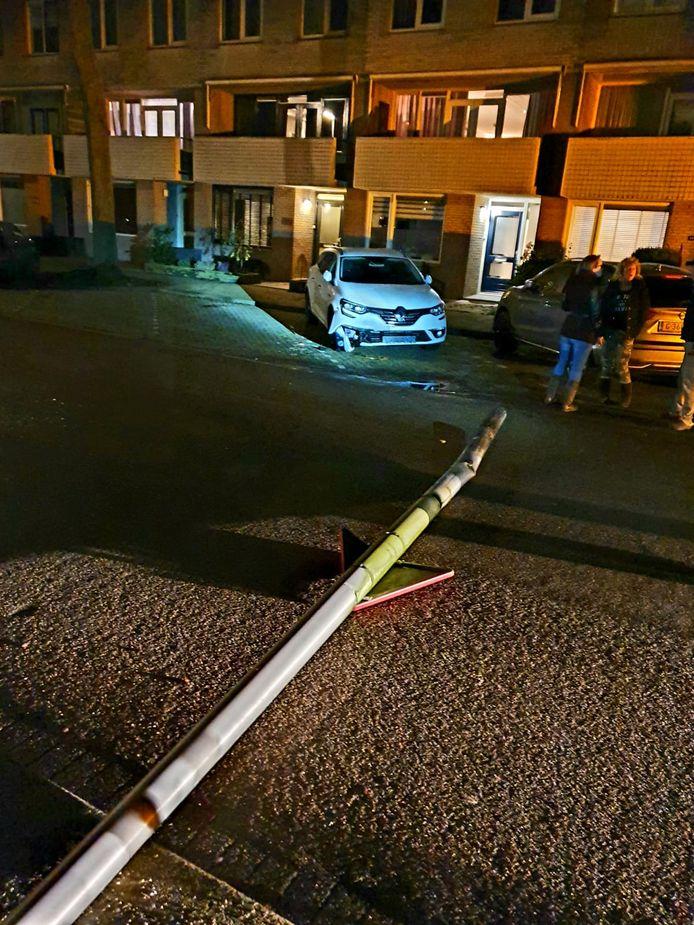 Op de Tintlaan werd ook een lantaarnpaal geraakt