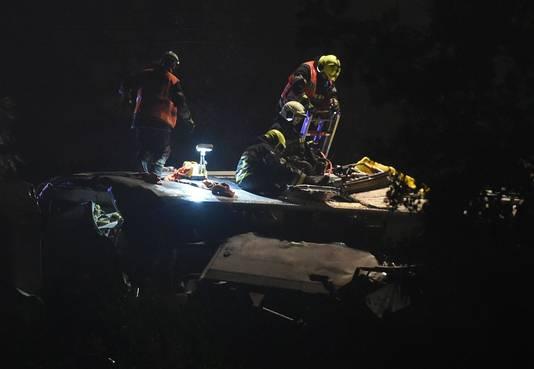 Bovenop de trein wordt eerste hulp gegeven aan een van de gewonden van het spoorongeluk in België
