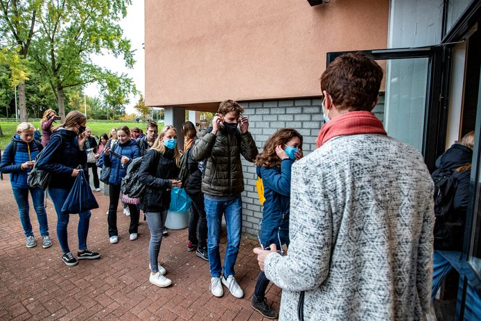 Op Het Vlier staat directeur Gerie ten Brinke bij de deur op maandagochtend: alle leerlingen wordt gevraagd een mondkapje op te doen. Vanaf deze woensdag is het ook echt verplicht.