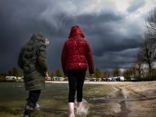 Kampeerders trotseren stormwind en regen: 'Kacheltje, dikke trui aan, ook dát is vakantie'