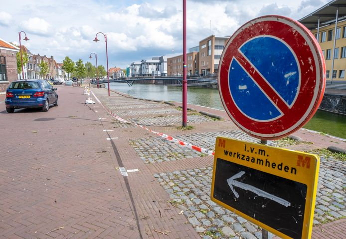 De kademuur van de Turfkaai in Middelburg is afgezet vanwege instortingsgevaar.